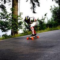 Adrop ujíždí na longboardu!